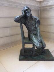 Homme assis sur une chaise – Hôtel de Ville – Saint-Gilles