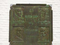Bas-relief aux créateurs de la littérature montoise – Jardin du Mayeur – Mons