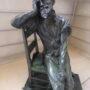 Homme assis sur une chaise - Hôtel de Ville - Saint-Gilles - Image2