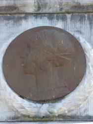 Médaillon reine Elisabeth – monument aux morts – Anhée