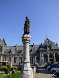 Statue d'Arnould de Binche – square Eugène Derbaix – Binche