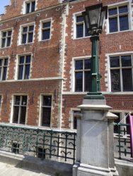 Grille et lampadaires – rue Ravenstein – Bruxelles