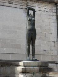 Femme regardant le soleil – Tournai